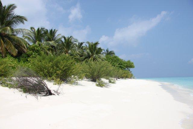 это необитаемый остров. нв всех островах белый песочек и кристально чистая вода