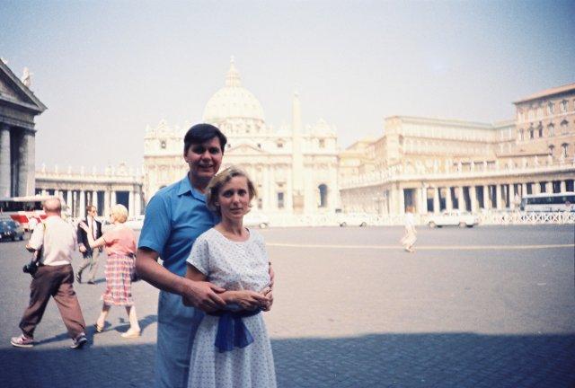 Николай Ващилин со спутницей у Собора Святого Петра в Риме.1989