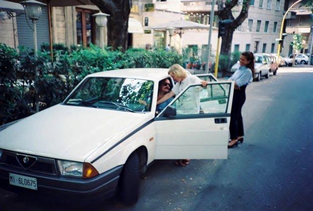 Никита Михалков ,Наташа Ващилина и Франческа у любимого ресторана Федерико Феллини в Риме.1989