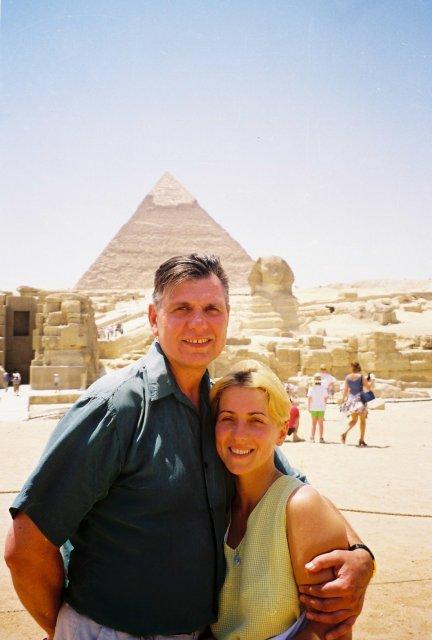 Николай Ващилин с Инной у пирамид