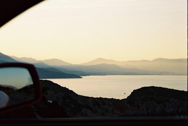 на авто вдоль моря