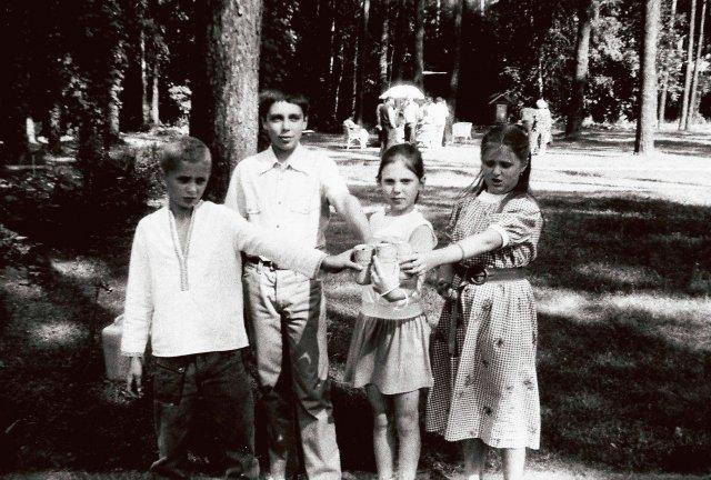 Дети в заграничных обновках. Тёма Михалков Тима Ващилин,Оля Ващилина и Аня Михалкова .1986