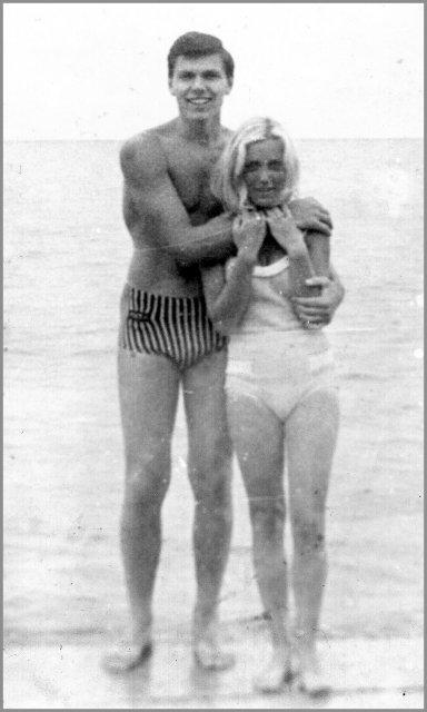 Николай Ващилин на берегу Балатона со своей спутницей.1970