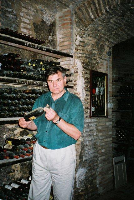 Николай Ващилин в винном погребе ресторана