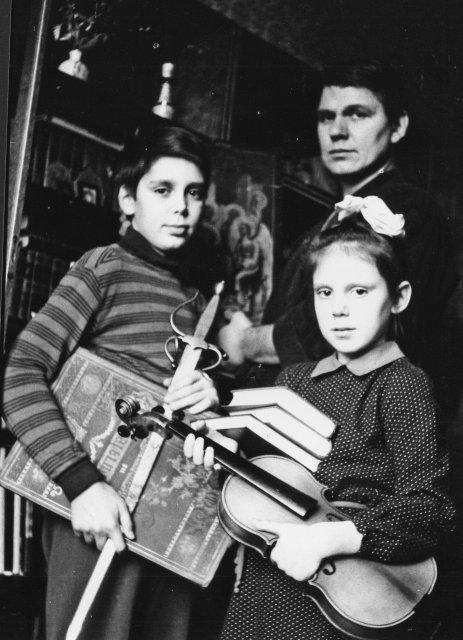 Николай Ващилин с подарками для детей из за границы СССР.1984