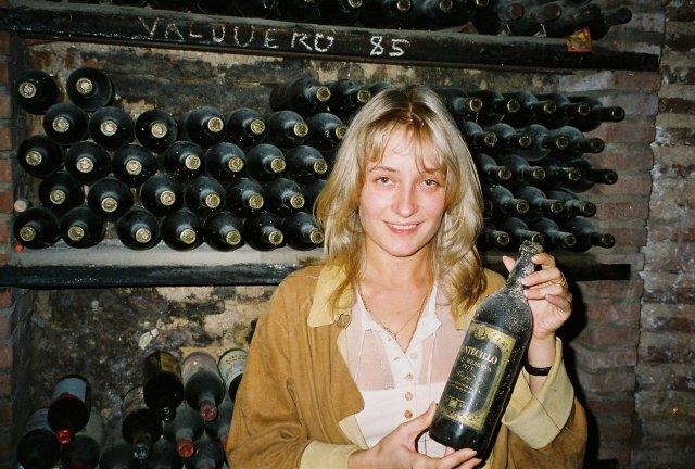 Алиса Призняковав винном пдвале ресторанчика в Толедо.1995