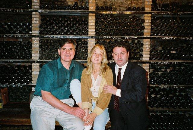 Алиса Признякова и Николай Ващилин у Хулио в винном подвале ресторанчикав Толедо.1995. фото Никиты Михалкова.