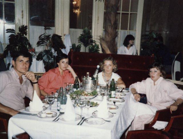 Николай Ващилин с девушками в  заграничном ресторане.