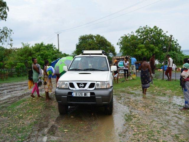 Путешествие на джипах по побережью начиналось под дождем.
