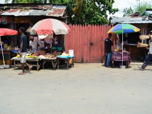 Стихийный рынок вдоль дороги.