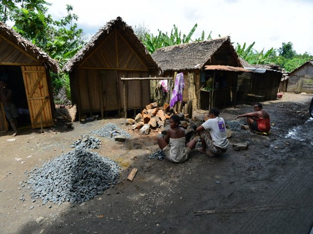 Работы местных жителей - дробление камня вручную.