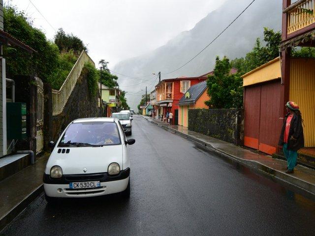 В городке 2 тыс. жителей. А машин на каждого по 3.