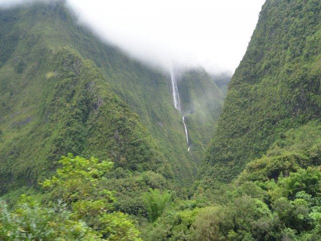 Вода из облака стекает по горам на землю.