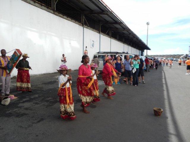 Встреча туристов национальными песнями.