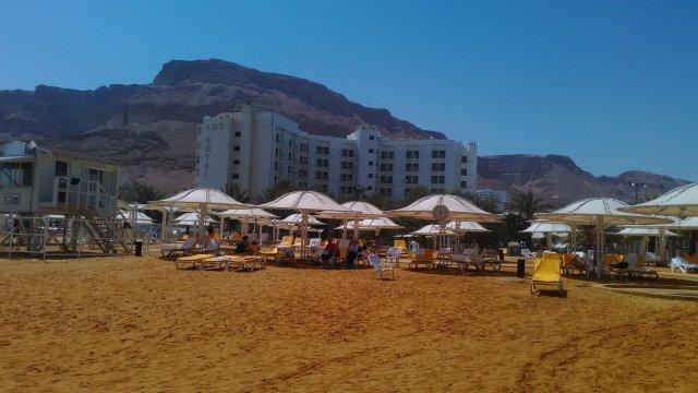 Пляж находится перед отелем