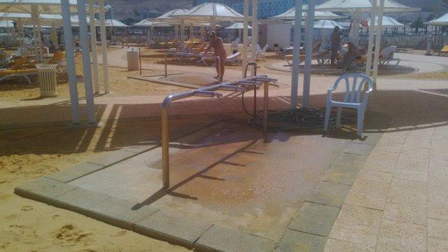 Краны для ног на пляже