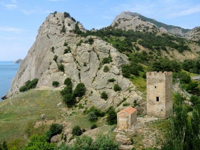 Храм Двенадцати Апостолов    и башня генуэзца Астагвера на склоне горы у ручья.