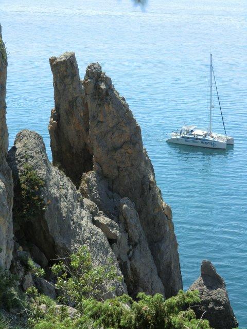 Скалы в Синей бухте у тропы Голицына.
