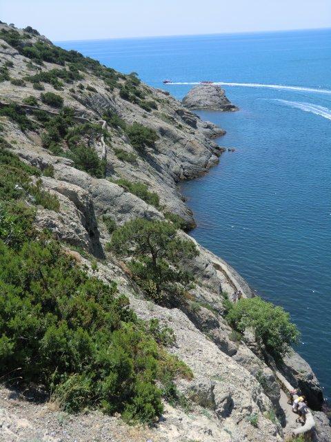 Скалистые берега Голубой бухты.