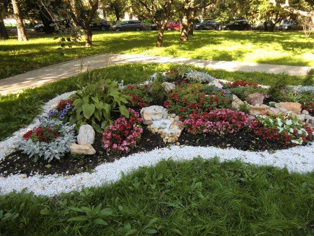 Цветники на ул.Гарибальди.