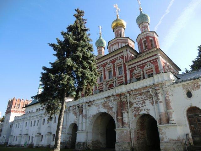 Надвратная Покровская церковь.