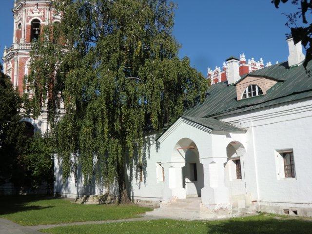 Больничная палата с аптечным садом, за ней - колокольня и Швальная башня.