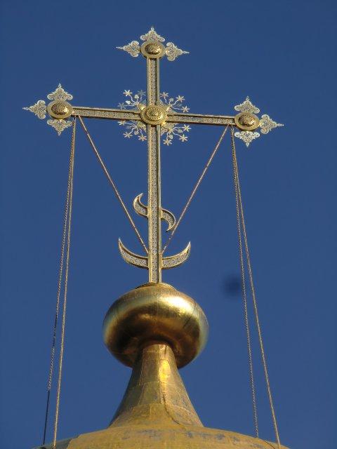 Золотой крест Смоленского собора.