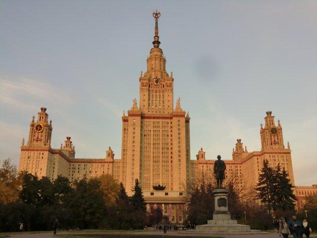 Главное здание Московского университета вечером 12.10.2013.