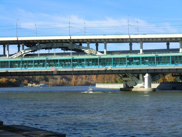 """Мост через Москва-реку и станция метро """"Воробьёвы горы""""."""