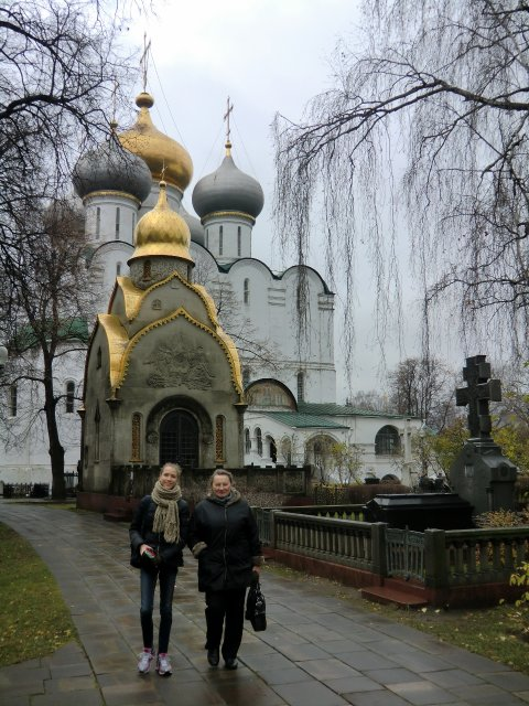 Danielle Muliar и Emilija Cepulyte в Новодевичьем монастыре. 27.10.2013.