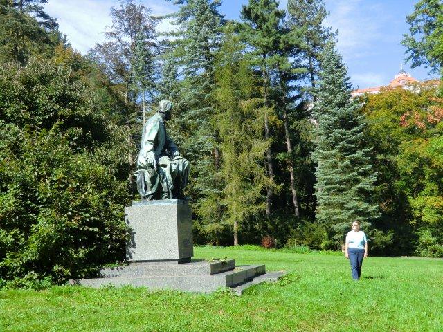В парке у памятника Сметане