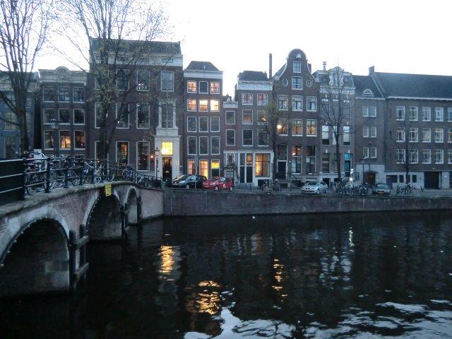 Самый маленький дом Амстердама (в центре).