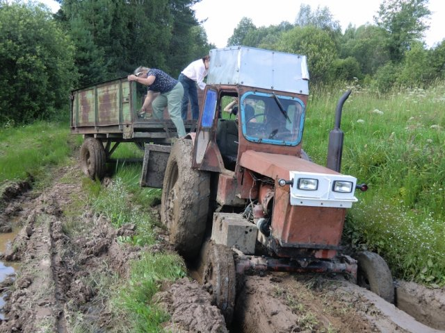 Пришлось ехать на тракторе, но и трактор стал постепенно тонуть...