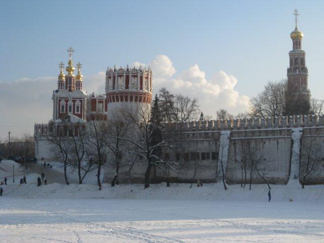 Новодевичий монастырь зимой. Колокольня, Напрудная башня и Надвратная церковь.