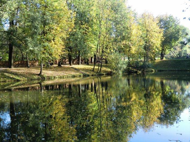 Каскад прудов в Воронцовском парке Москвы.