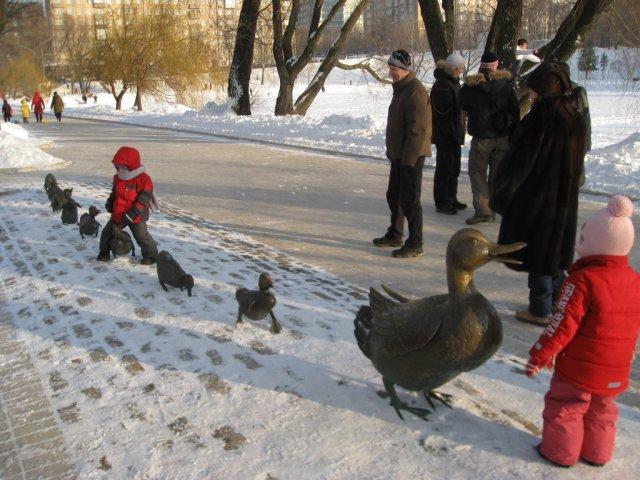 """Дорогу утятам!""- подарок Барбары Буш детям Москвы."