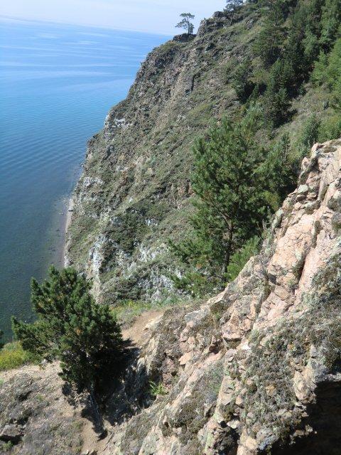 Скалистые берега Байкала.