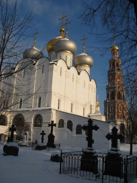 Старое монастырское кладбище зимой.