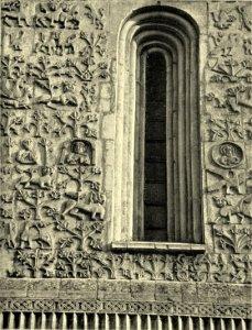 Фасады Димитриевского собора. Сверху справа видны звери с переплетающимися шеями.
