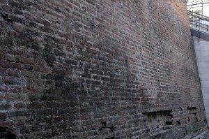 """Вена средневековые стены около станции метро """"Штубентор"""". Ничто более не напоминает об обширной неприступной системе укрепле"""