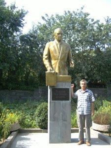 Автор у памятника государственного деятеля Анастаса Микояна