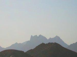 Лицо в пустыне из гор))