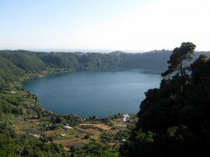Озеро Альбано в кратере вулкана