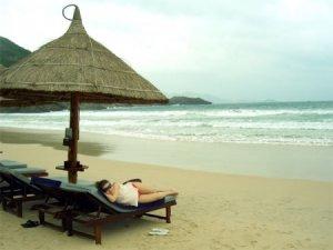 Отдых в Нячанге - пляж, море и солнце за облаками, Вьетнам