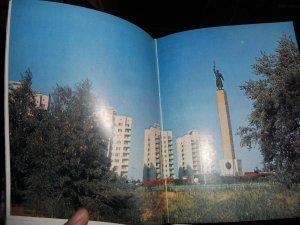 Памятник Чекистам. На заднем плане - высотки. Та самая Высотка скрыта деревом...