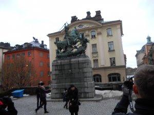 Скульптура архангела Михаила, побеждающего дракона