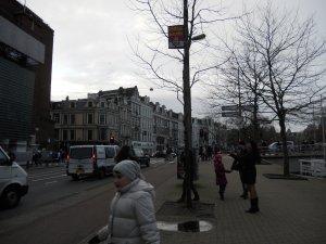 Здесь автобус остановился, и мы вышли на амстердамскую землю