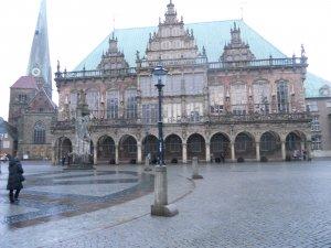 Бременская ратуша. Слева от нее - церковь Пресвятой Девы Марии
