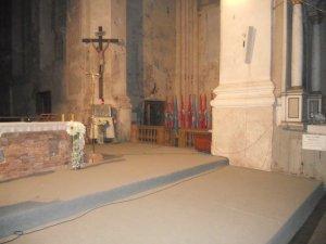 Весьма обшарпанный угол церкви - с распятием и флагами разных стран