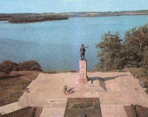 Памятник Марии Мельникайте в Зарасае (фото 1980 г.)